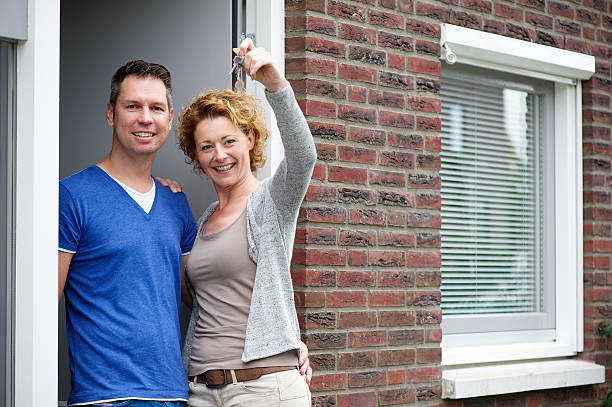 커플입니다 미소 및 쥠 키를 사용하여 새 하우스 - home 뉴스 사진 이미지