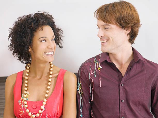 paar lächeln beim holiday party - jamaikanische party stock-fotos und bilder