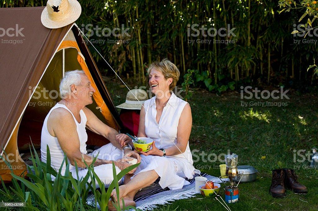 couple sénior riant au camping Lizenzfreies stock-foto