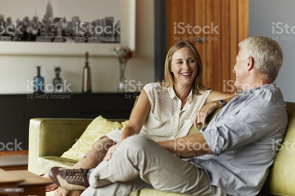 Couple spending leisure time in living room - foto stock