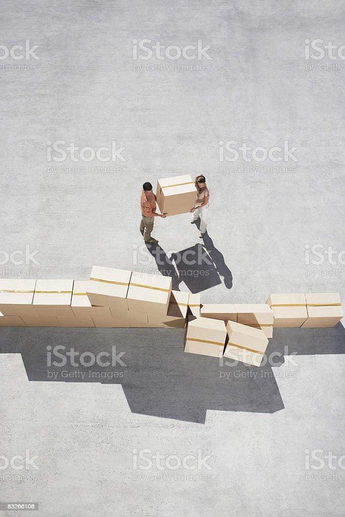 Couple Amonceler boîtes photo libre de droits