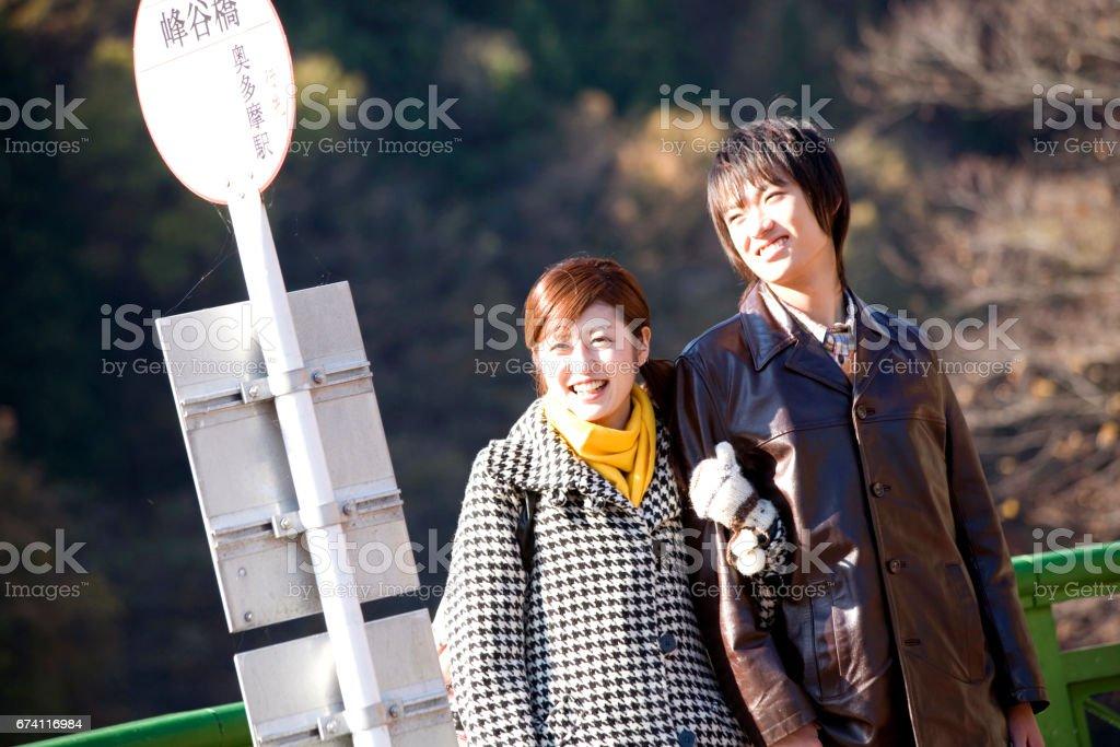 情侶站在汽車站 免版稅 stock photo