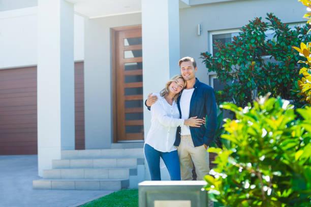 Paare stehen vor ihrer neuen Heimat. – Foto