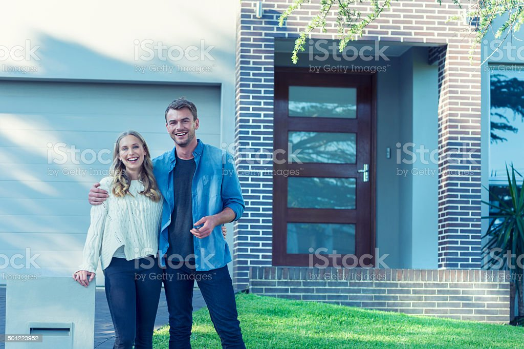 Paar Stand vor ihr neues Zuhause. – Foto