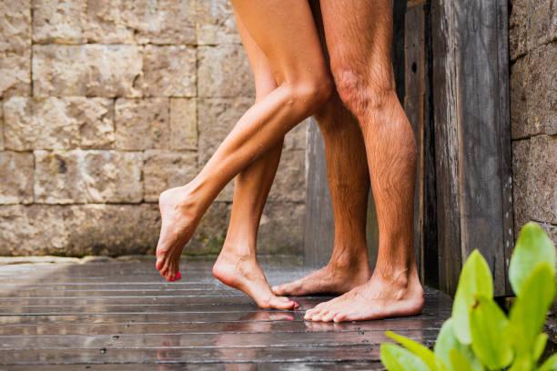 Casal dançando no chuveiro junto. - foto de acervo