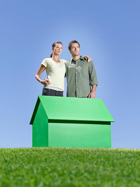 Paar stehen in der Nähe von kleinen model house – Foto