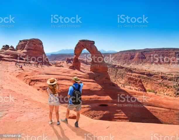 Paar Staande Op De Top Van De Berg Kijken Prachtig Uitzicht Stockfoto en meer beelden van Alleen volwassenen
