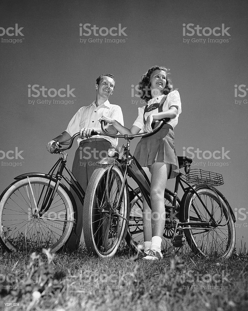 Couple standing with bicycles royalty free stockfoto
