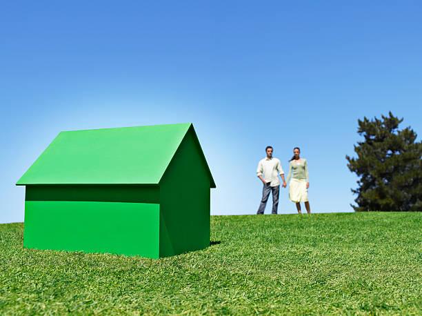 Paar stehend mit kleinen model house – Foto
