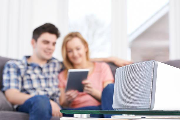 coppia in streaming della musica da wireless tablet digitale per altoparlante - altoparlante hardware audio foto e immagini stock