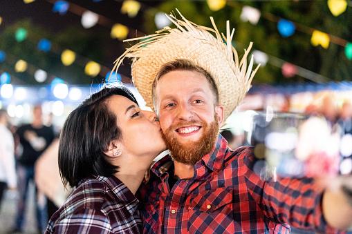 Foto de Casal Que Levar Aa Selfie Na Tradicional Festa Junina Brasileira e mais fotos de stock de Amor
