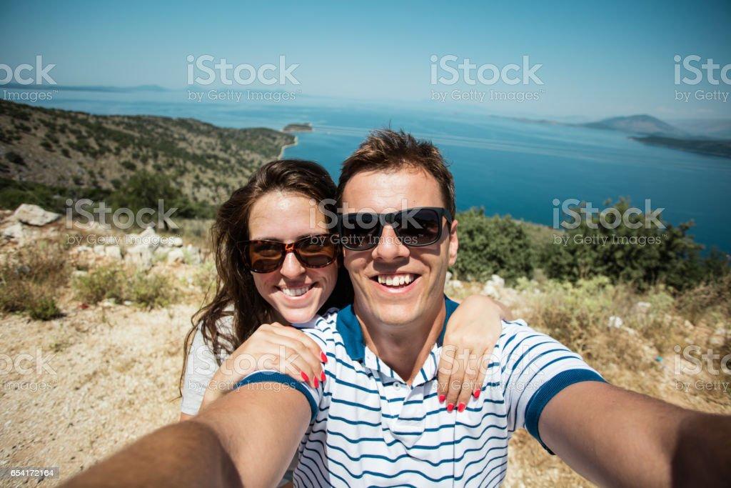 Casal tomando um selfie enquanto caminhadas - foto de acervo