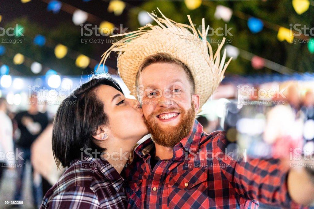 Casal que levar aa selfie na tradicional Festa Junina brasileira (Festa Junina) - Foto de stock de Amor royalty-free