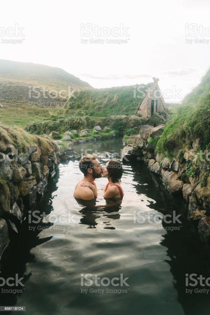Paar unter Bad in heißen Quellen – Foto