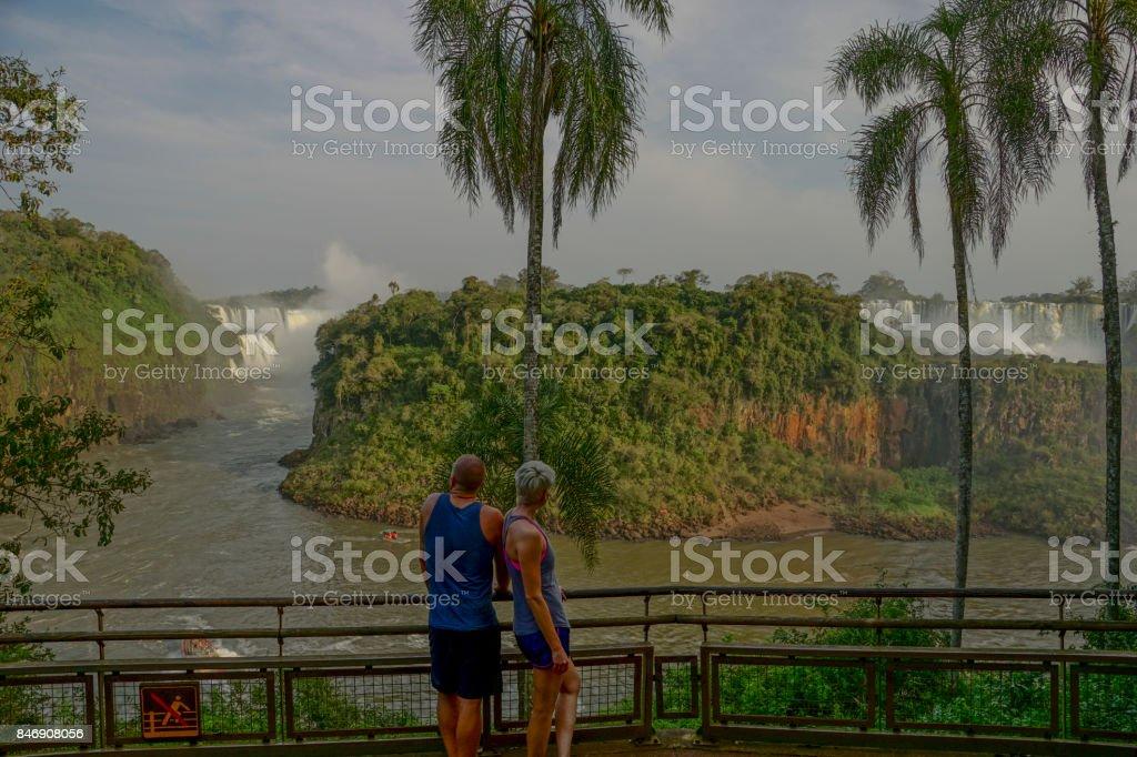 Casal levando no belo Iguazu cai no Parque Nacional de Iguazu, América do Sul - foto de acervo