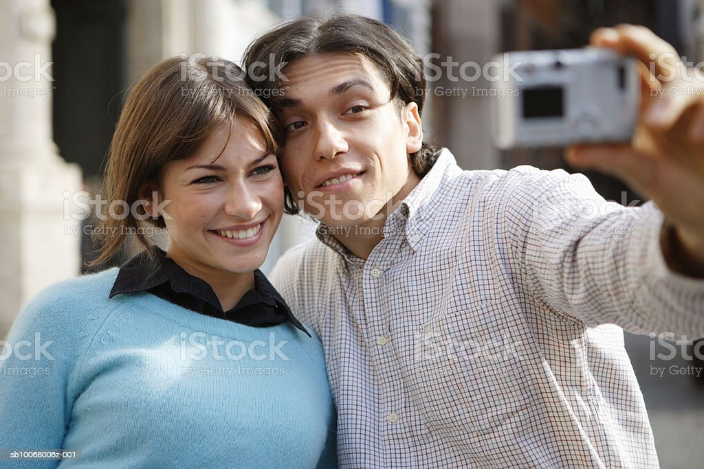 Couple taking picture on street photo libre de droits