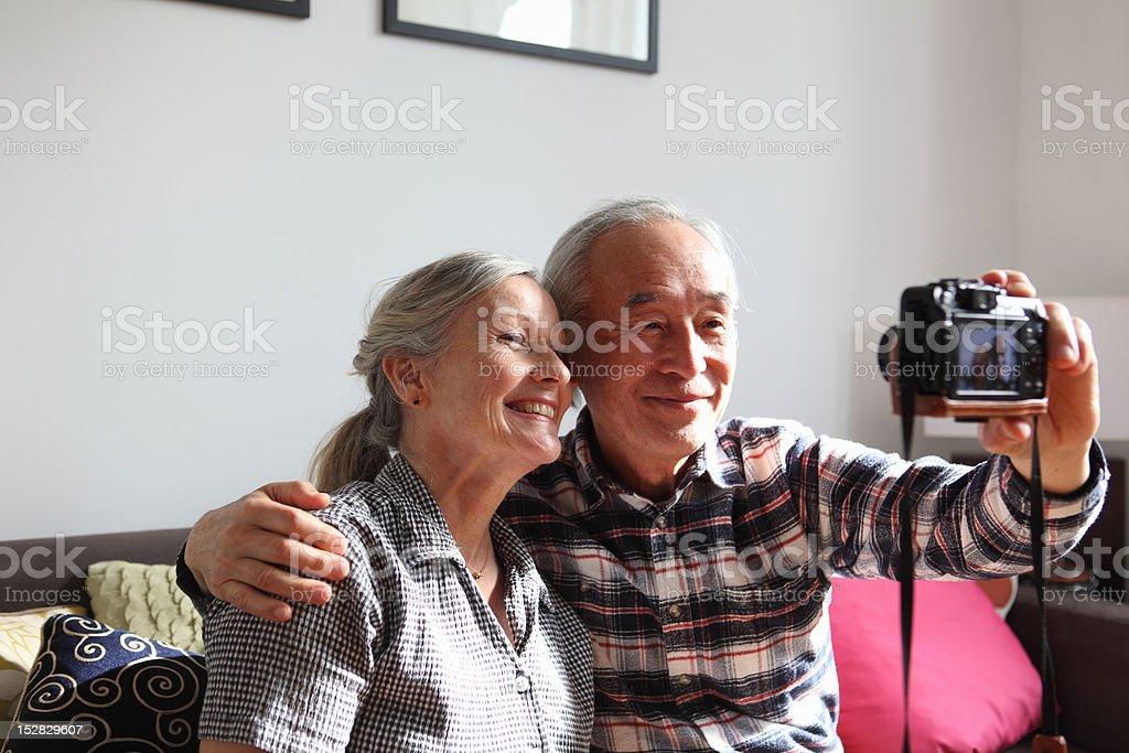 Couple à prendre des photos d'eux-mêmes - Photo