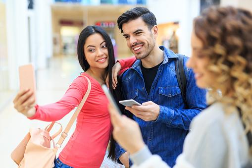 쇼핑몰에서 몇 복용 Selfie 가방에 대한 스톡 사진 및 기타 이미지