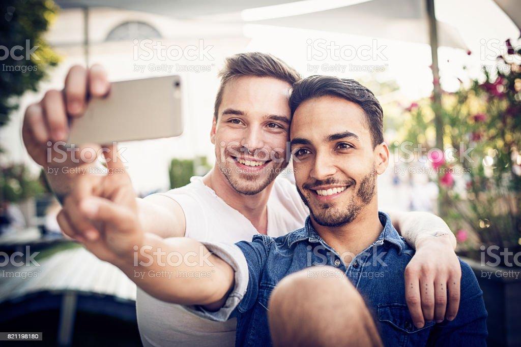 LGBT-paar nehmen Selfie in der Nähe von berühmten Wahrzeichen – Foto