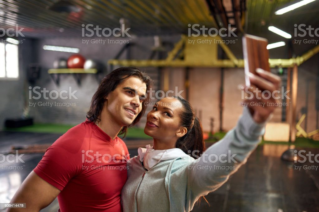 Paar unter Selfies in der Turnhalle – Foto