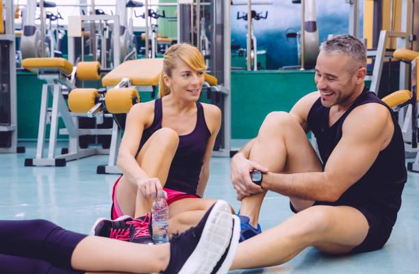 paar praten op fitnesscentrum na trainingsdag - call center stockfoto's en -beelden
