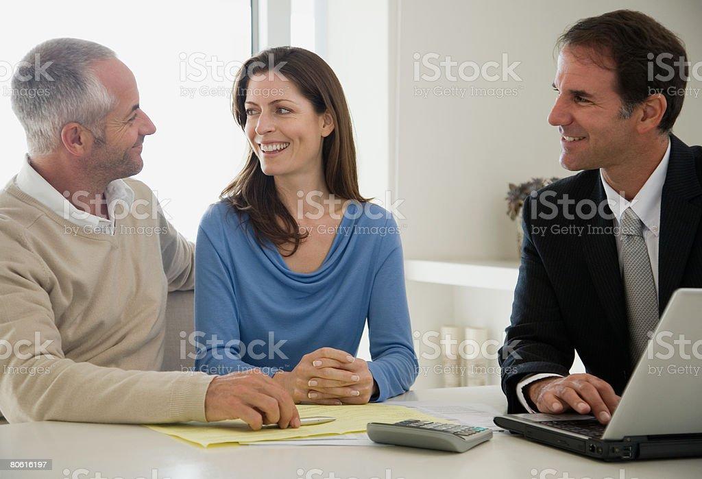 Ein paar sprechen mit einem financial advisor Lizenzfreies stock-foto