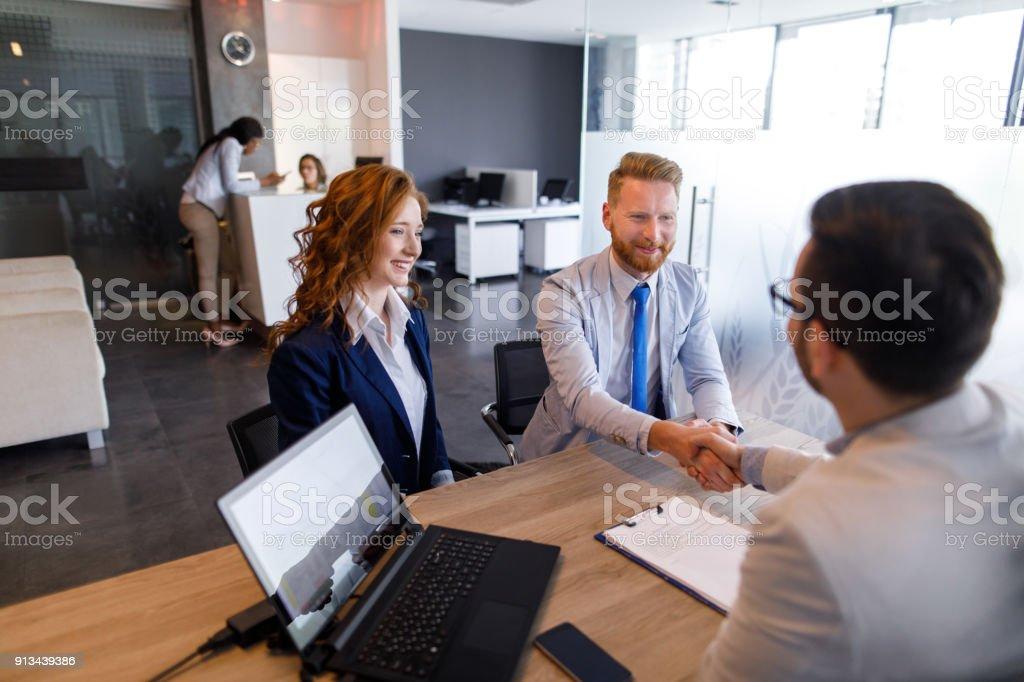 Kaç kredi memuru için konuşma ve el sallayarak stok fotoğrafı