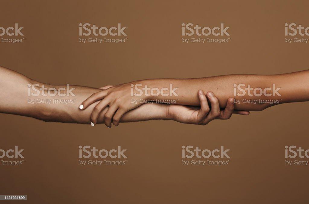 Couples tendrement retenant des mains - Photo de Adulte libre de droits