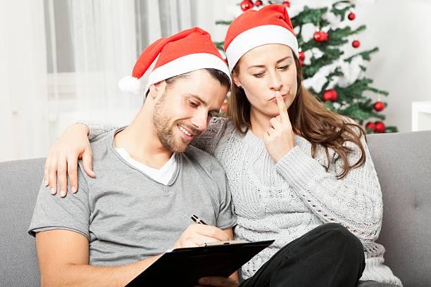 couple think about to do list for christmas - weihnachts wunschliste stock-fotos und bilder
