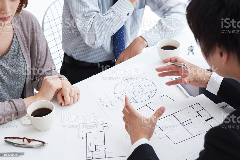 Pareja a consulta en bienes raíces - foto de stock
