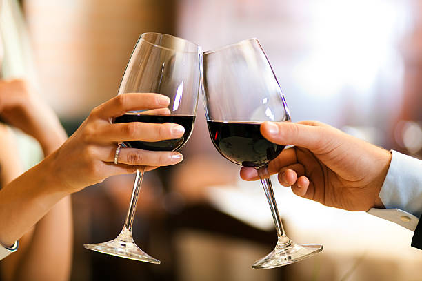Paar beim Anstoßen Weingläser – Foto