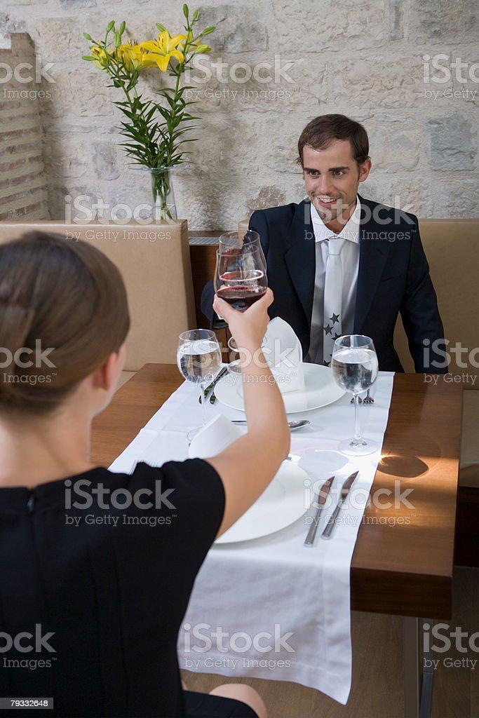 Paar rösten, mit Wein Lizenzfreies stock-foto