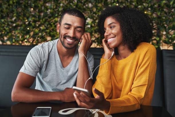 par tillsammans lyssnar musik på café leende - lyssna bildbanksfoton och bilder