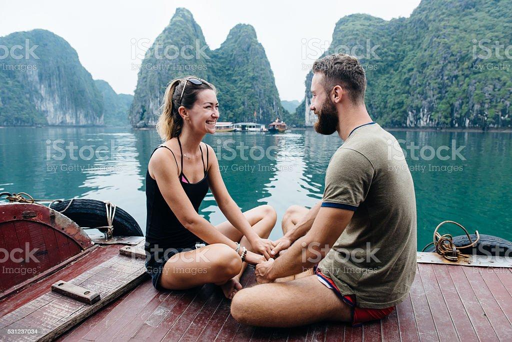 Couple de voyage sur bateau de croisière, vue sur la baie de Hạ long - Photo