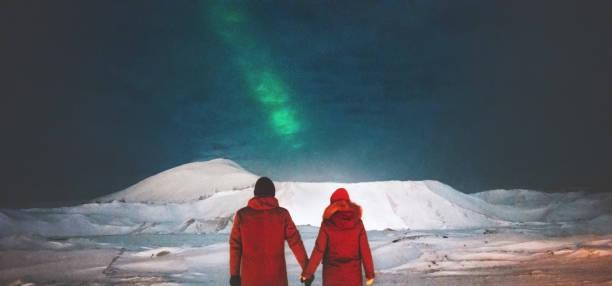 Paar Reisende Nordlicht Blick über Berge, die Hand in Hand Reisen Lifestyle und Liebe Beziehung Gefühle Konzept Urlaub in das wilde Nachtleben genießen – Foto