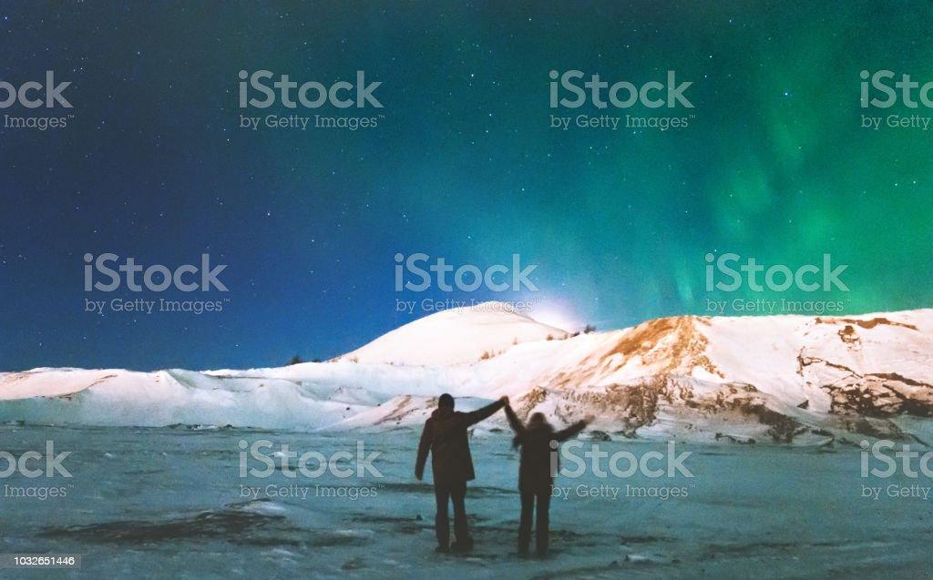 Paar Reisende Nordlicht Aussicht über Bergen hob Hände Reisen Lifestyle und Verhältnis Mann und Frau Konzept Urlaub in das wilde Nachtleben – Foto
