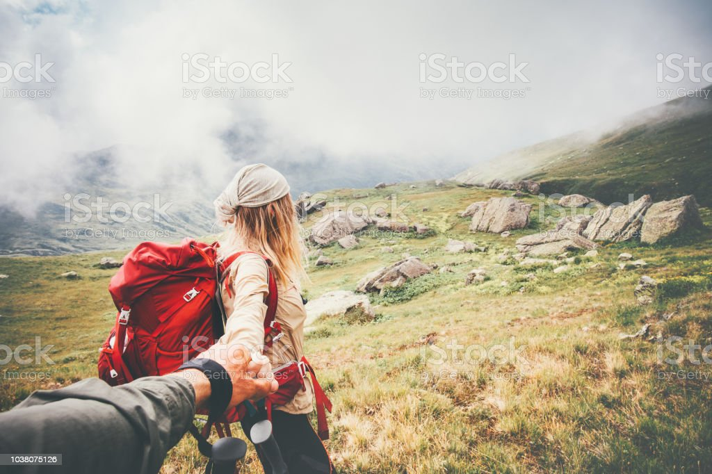 Paar Reisende Mann und Frau folgen Sie Hand in Hand im nebligen Berge Landschaft auf Hintergrund Liebe und glückliche Gefühle-Lifestyle-Konzept zu reisen. Junge Familie reisen aktiv Abenteuer Urlaub – Foto