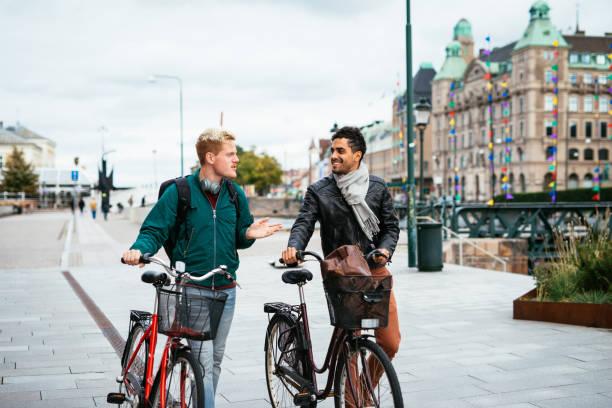 hbt-par reser runt tillsammans - latino och skandinaviska homosexuella män som njuter av deras gemensamma liv tillsammans - malmö bildbanksfoton och bilder