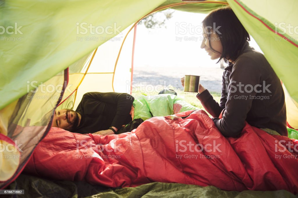 Couple, voyager, passer du temps dans la tente, boire du café le matin - Photo