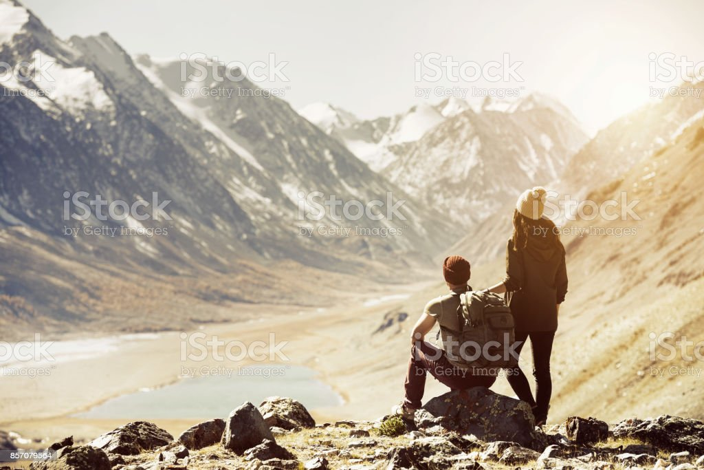 Concepto de montañas de viajes trekking par - foto de stock