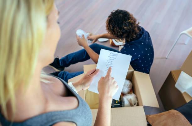 paar auspacken umzugskartons - umzug checkliste stock-fotos und bilder