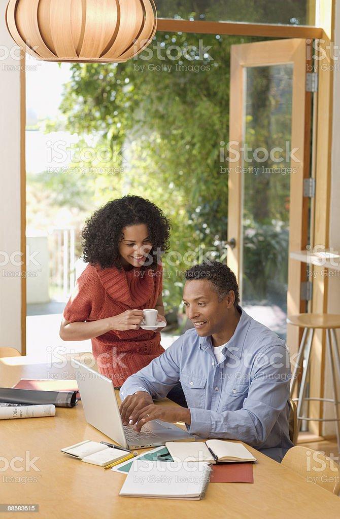 Couple à l'aide d'ordinateur portable à la maison photo libre de droits