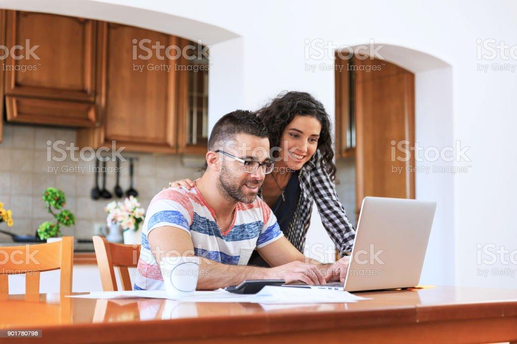 Paar mit laptop zu Hause – Foto