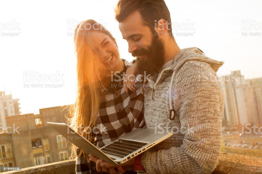 Paar mit Laptop-Computer – Foto