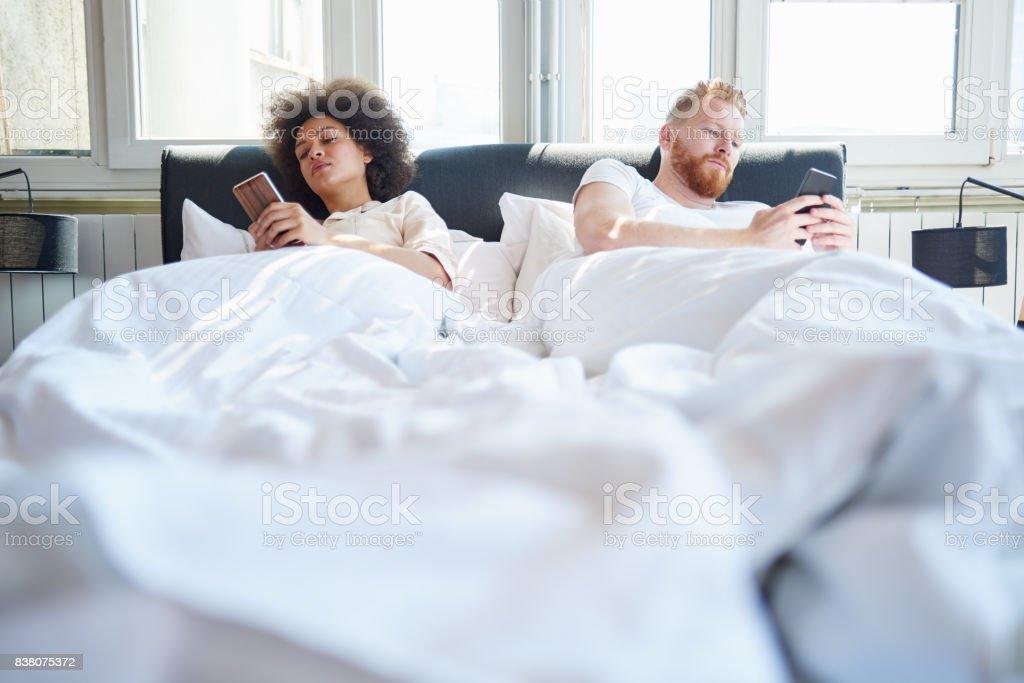 Paar, die Benutzung von Mobiltelefonen im Bett – Foto