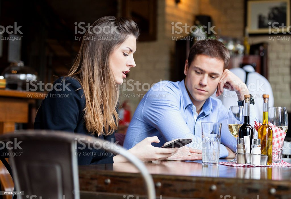 Para przy użyciu Inteligentny telefon  zbiór zdjęć royalty-free