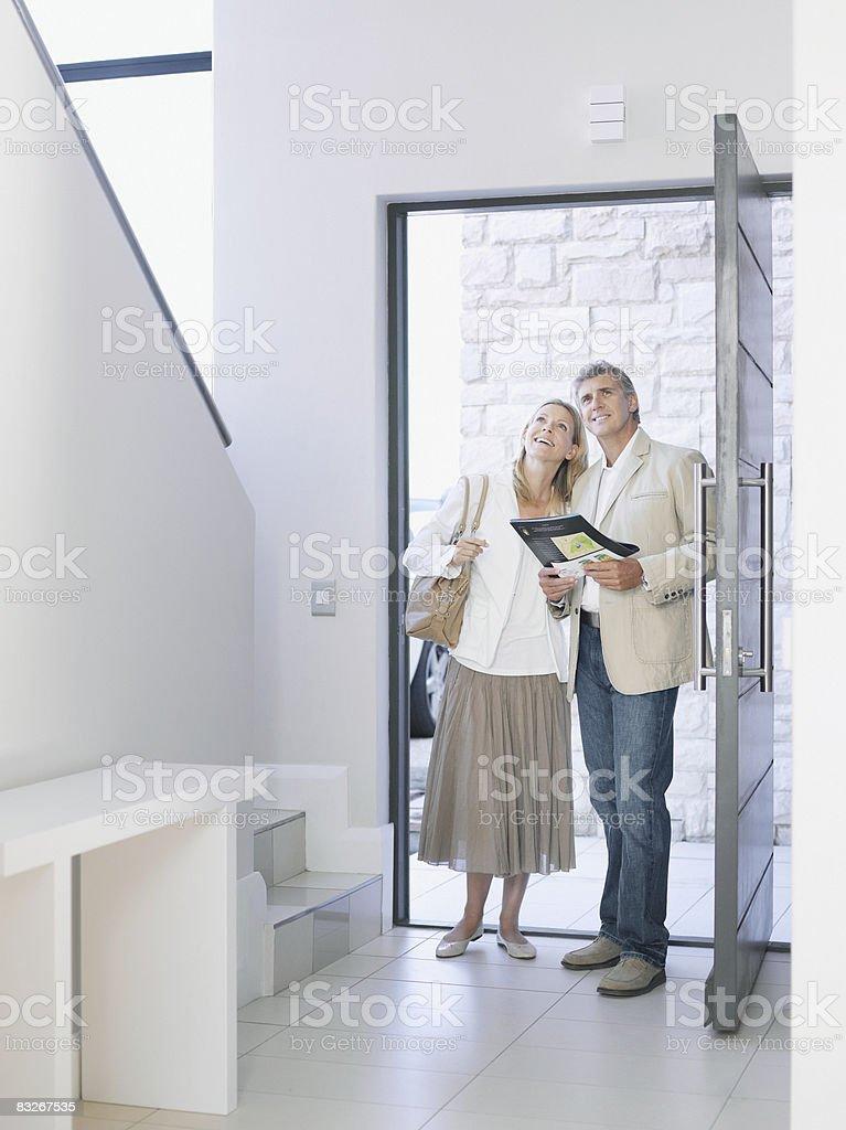 Couple viewing home for sale royaltyfri bildbanksbilder