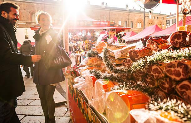 paar besuch weihnachtsmarkt, mailand - italienischer weihnachten stock-fotos und bilder
