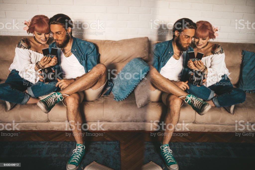 Casal esperando foto polaroid aparecer - foto de acervo