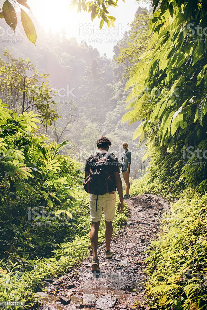 Couple walking along a path through the forest – Foto